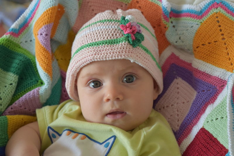 File:Julia-4-meses-03--gorro-rosa.JPG